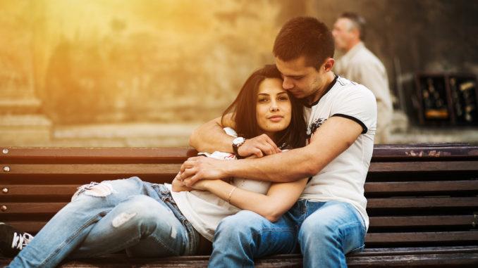 мужчина и девушка на лавочке