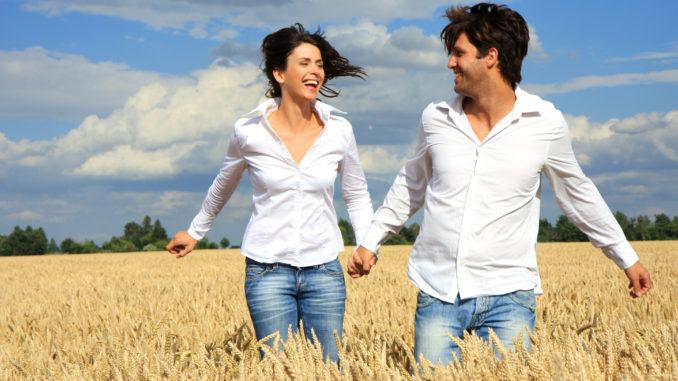 счастливые мужчина и девушка