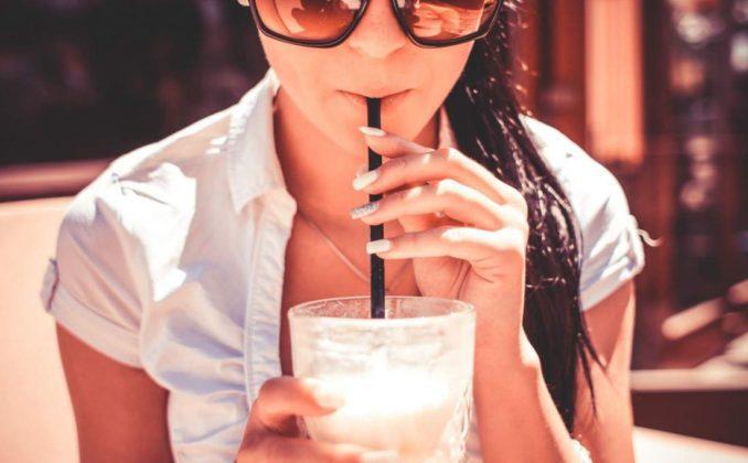 девушка пьет лимонад