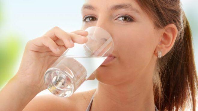 Обильное питье теплой воды при вязкой мокроте