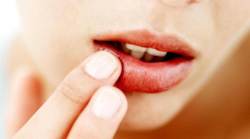 нанесение увлажнителя губ