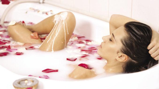 девушка принимает ванну с травами