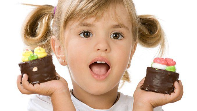 девочка с шоколадными пироженными