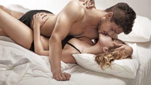 девушка и мужчина в постели