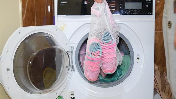 Как правильно постирать кроссовки в машинке и на руках