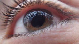 дергается глаз