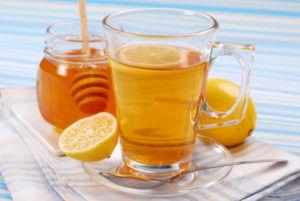 Употреблять лимон и мед для профилактики кашля