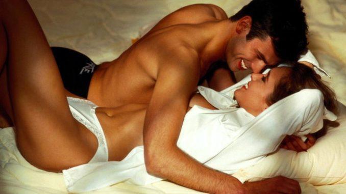 мужчина и девушка в постели