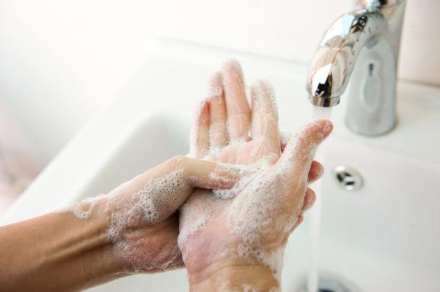 После нанесения мази нужно вымыть руки с мылом
