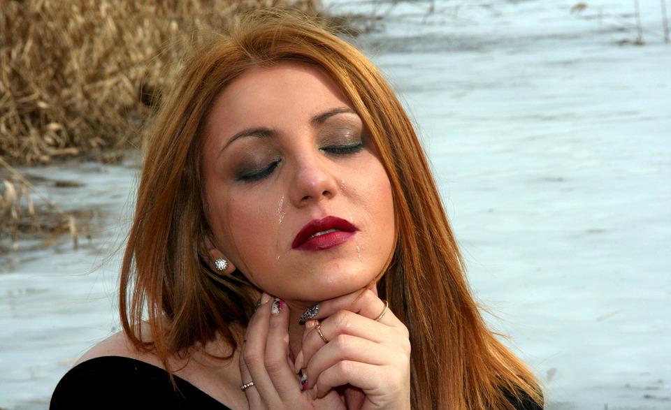Как избавиться от слезливости глаз: причины и их устранение