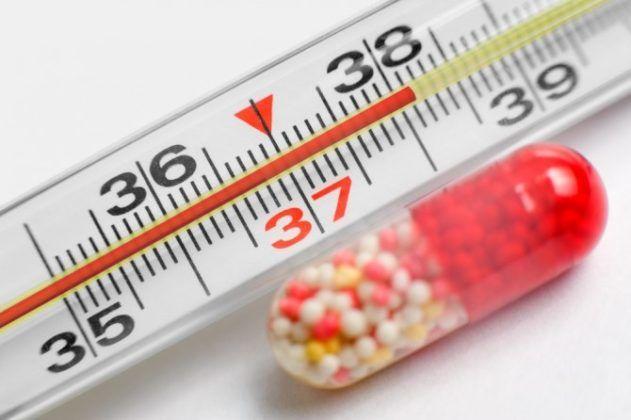 Небольшое поднятие температуры тела является осложнением в первые дни после вакцинации