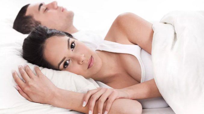 девушка и мужчина лежат в постели
