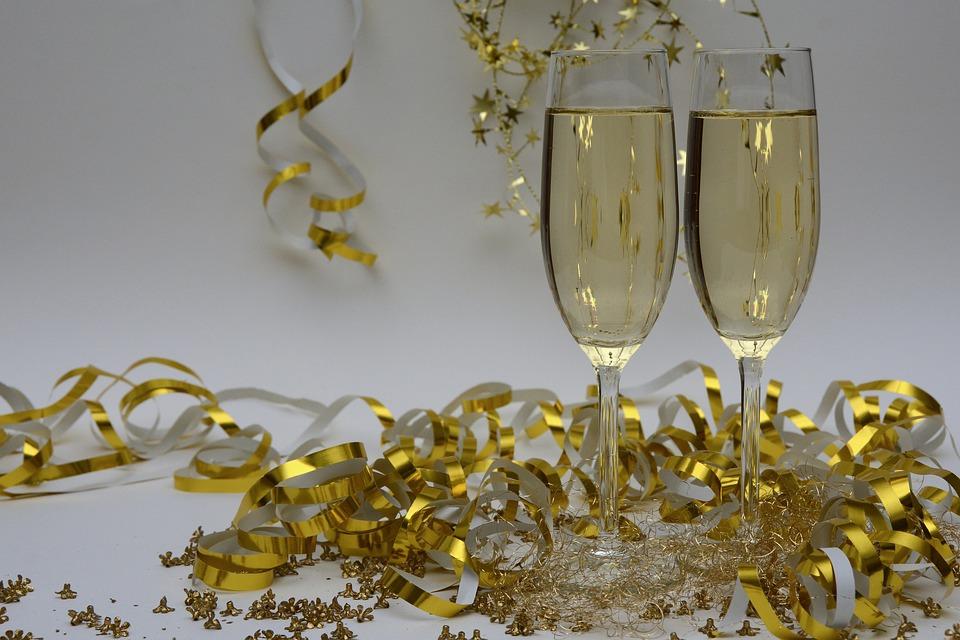 Магия свадебных бокалов: приметы и поверья, как украсить самим