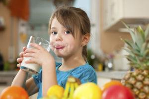 девочка пьет молоко