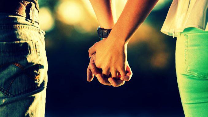 мужчина и девушка держаться за руки