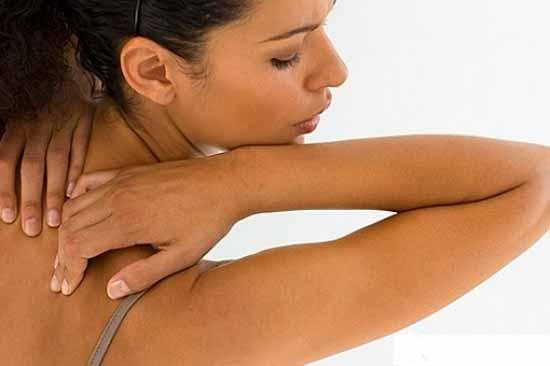 Причины и лечение прыщиков на лопатках у женщин просто и доступно