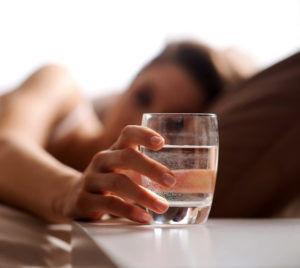 Обильное питье теплой воды на протяжении всего лечения